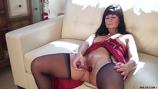 Foxy mature Lelani Tizzie drops her dress encircling have some solo fun