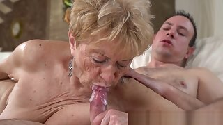 Wrinkly Mom Gets Pussy Banged and Sucks