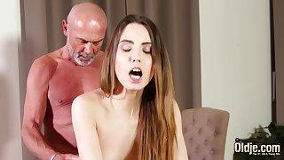 Fucking acquisitive vagina making her muddy for grandpa