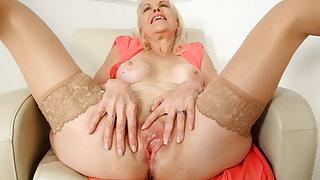 British mature Laddie Sextasy dildos her old tinker